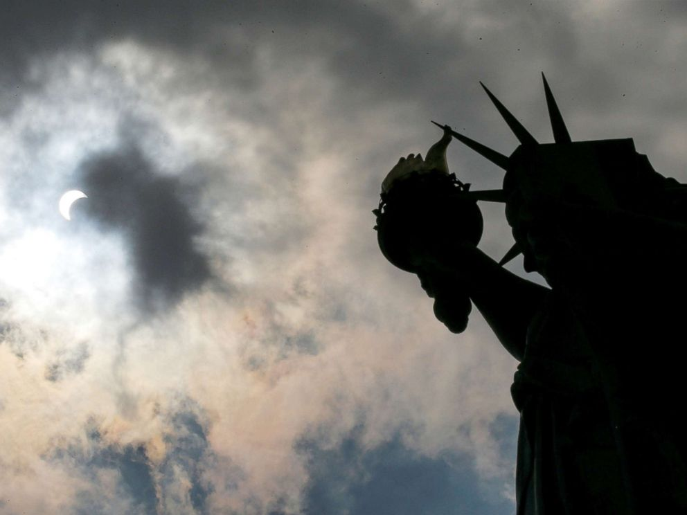 total-solar-eclipse-statue-liberty-rt-jef-170821_1_4x3_992.jpg
