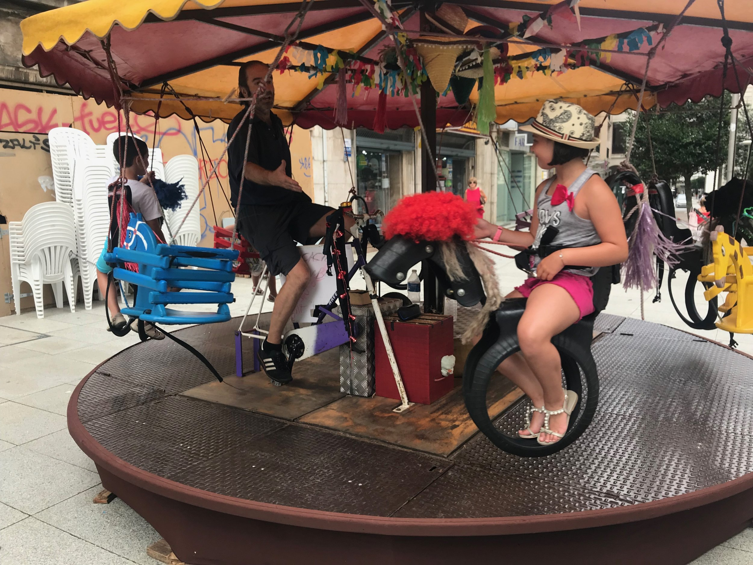 This man self-powered the merry-go-round with his bicycle ability