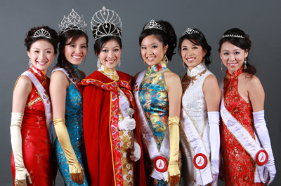 From left to right : Third Princess Nebula Gu, First Princess Janice Jann, Queen Jani Wang, Second Princess & Miss Photogenic Dow-Ning Kuo, Fourth Princess Carrie Gan, and Miss Friendship Chantel Lee