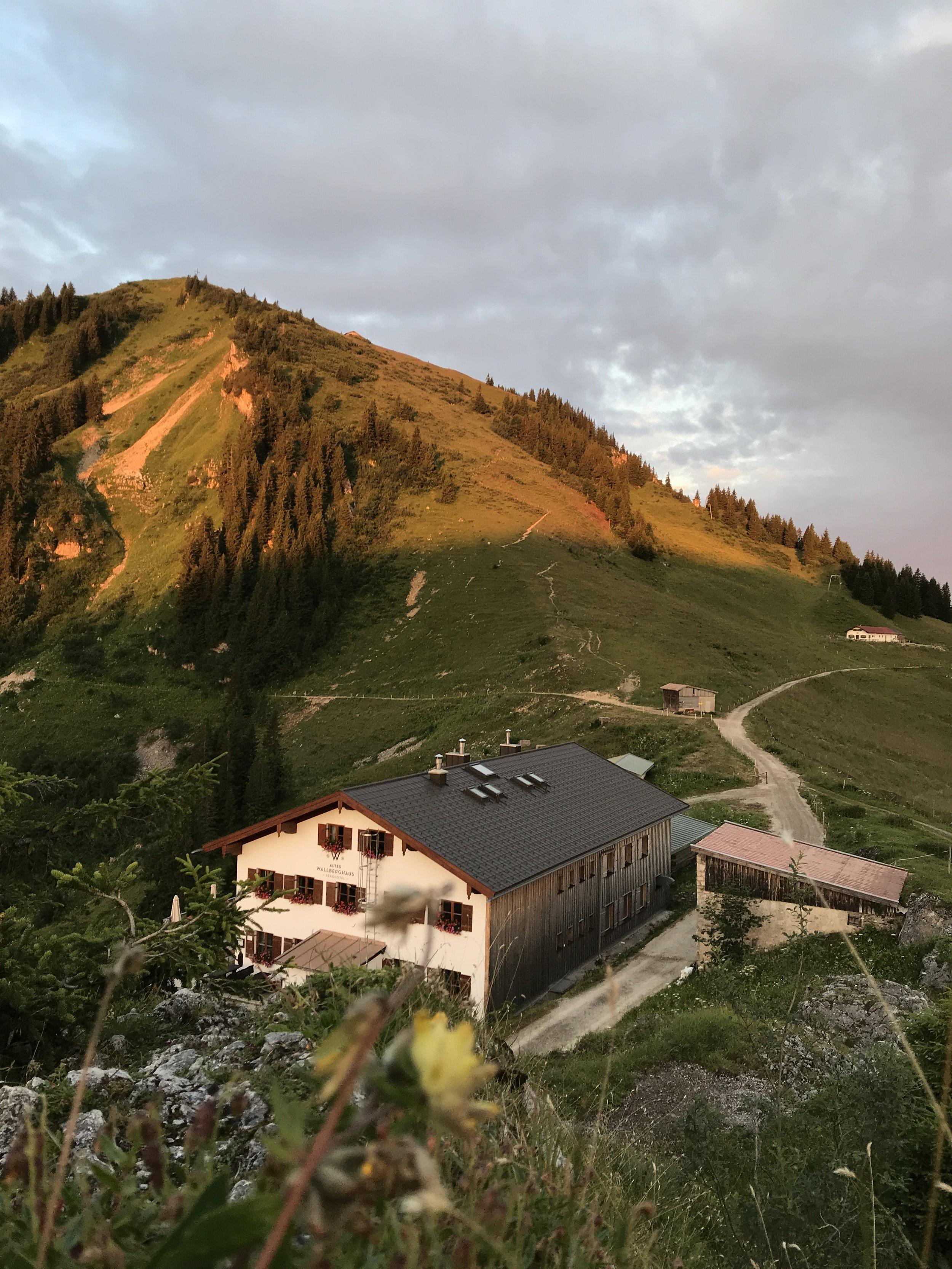 Das Berghotel Altes Wallberghaus im Morgenlicht