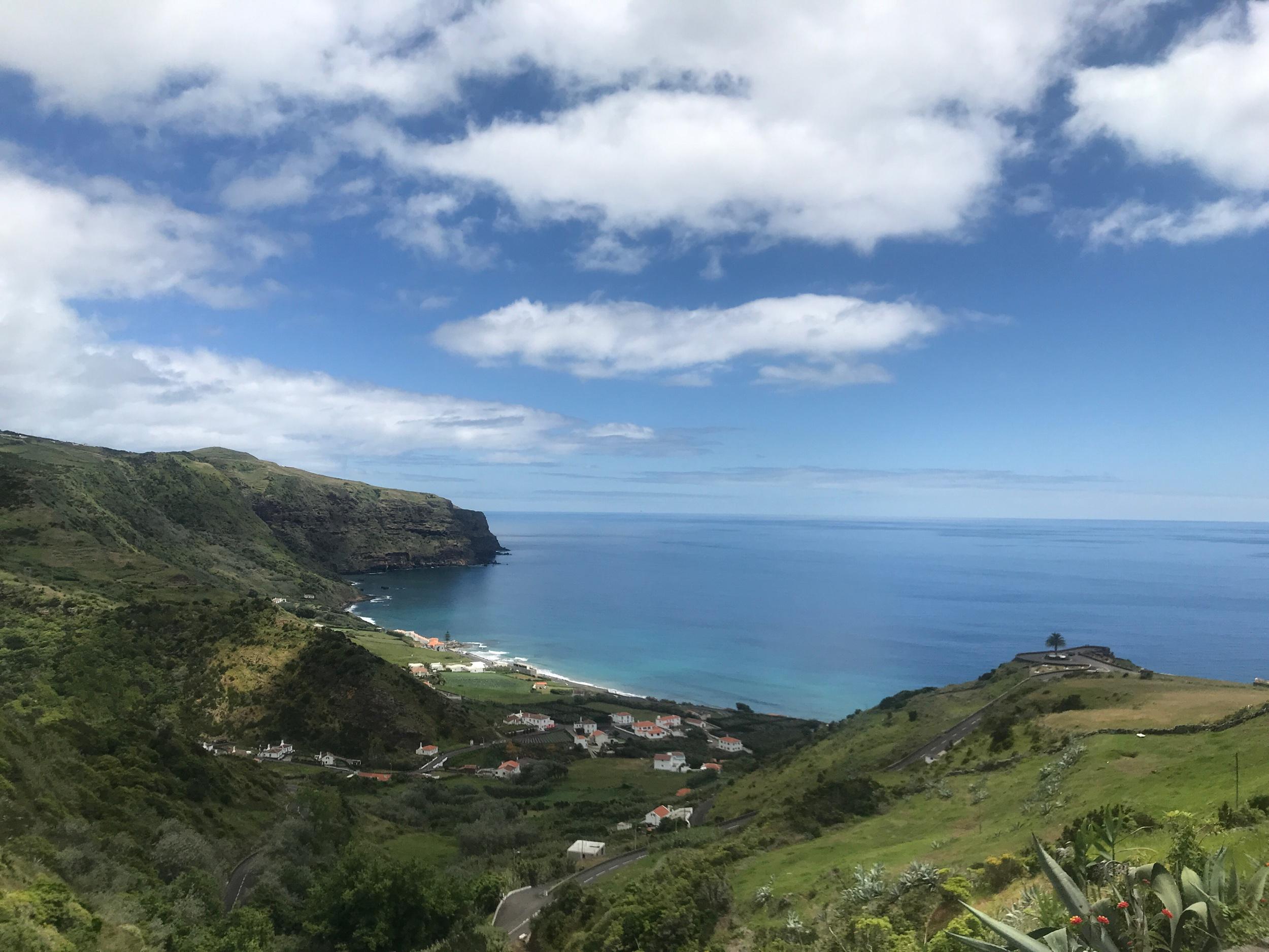 Blick über Praia Famosa auf Santa Maria