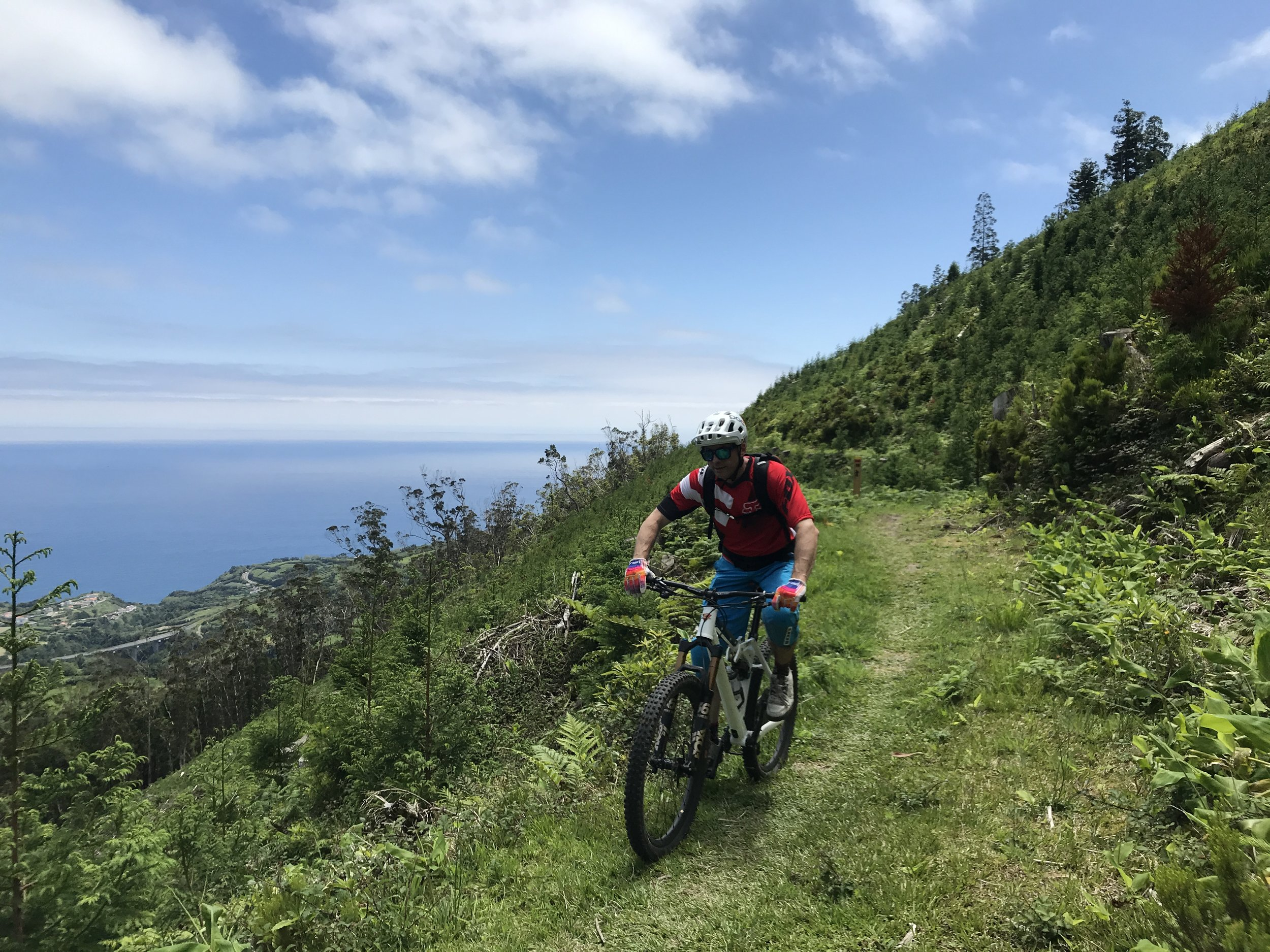 Biken mit Atlantik im Hintergrund