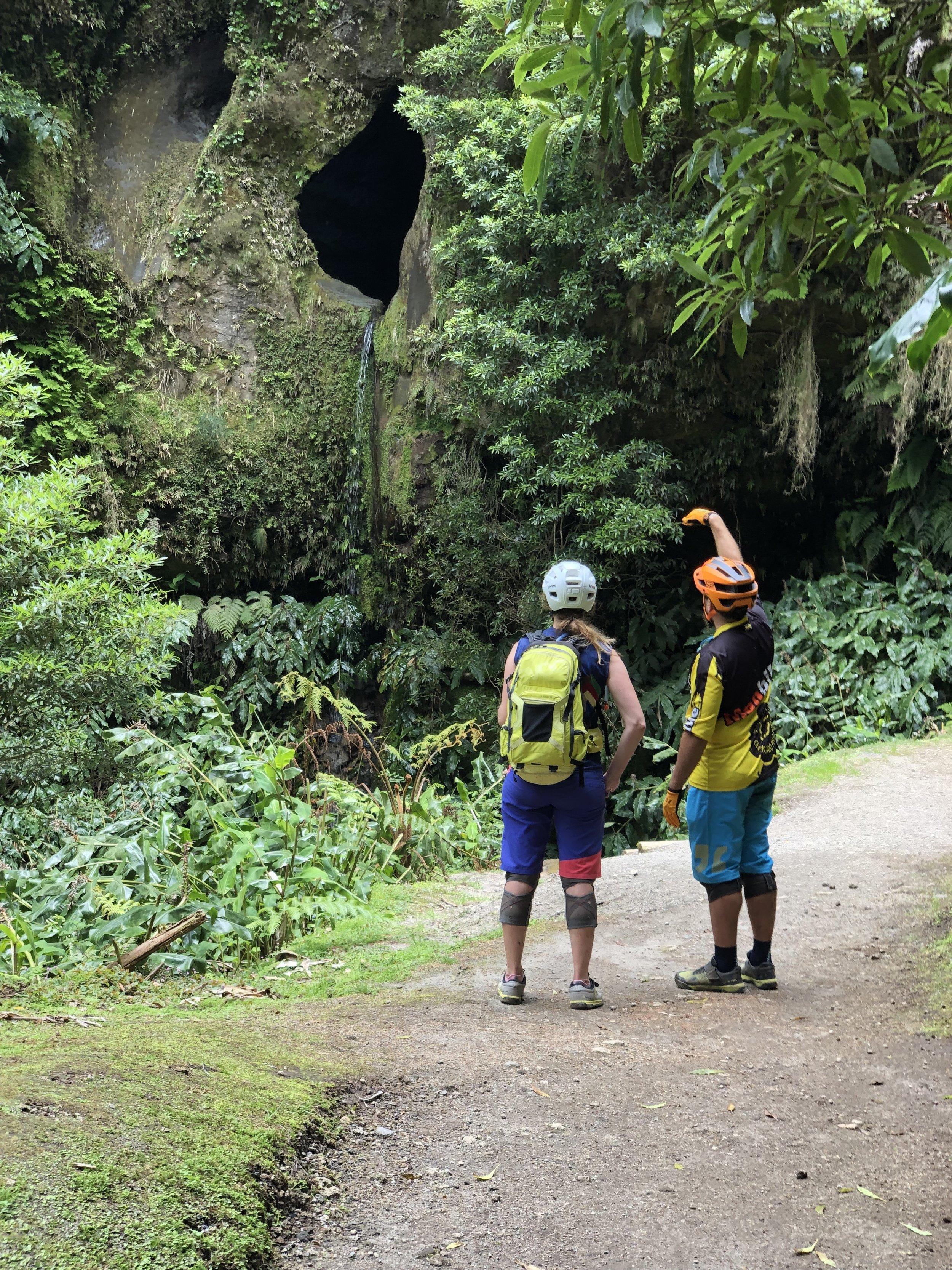 Abstecher zu einem Wasserfall, der aus einer Höhle fließt