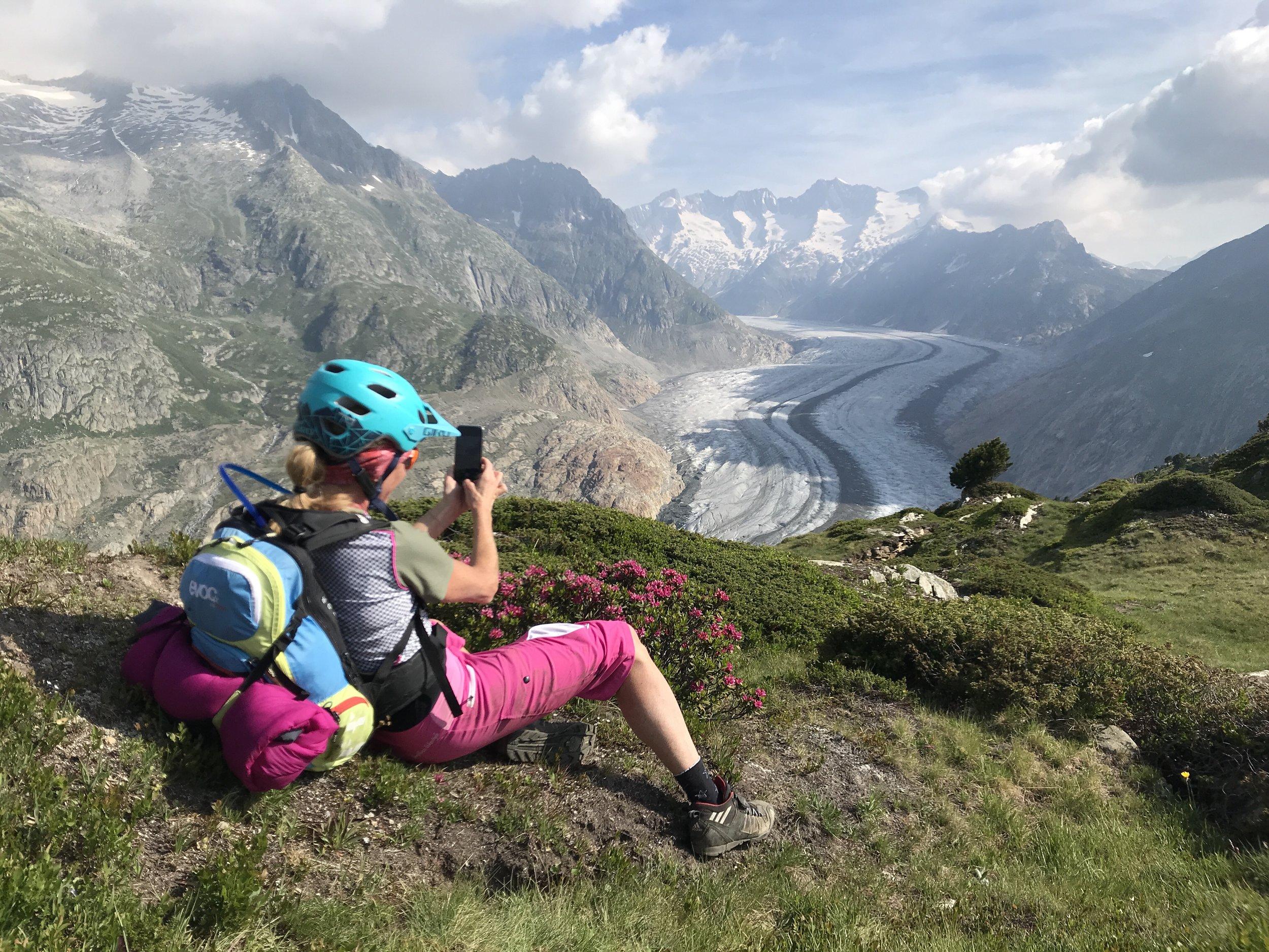Alex im vollen Einsatz für ein Foto vom Aletschgletscher