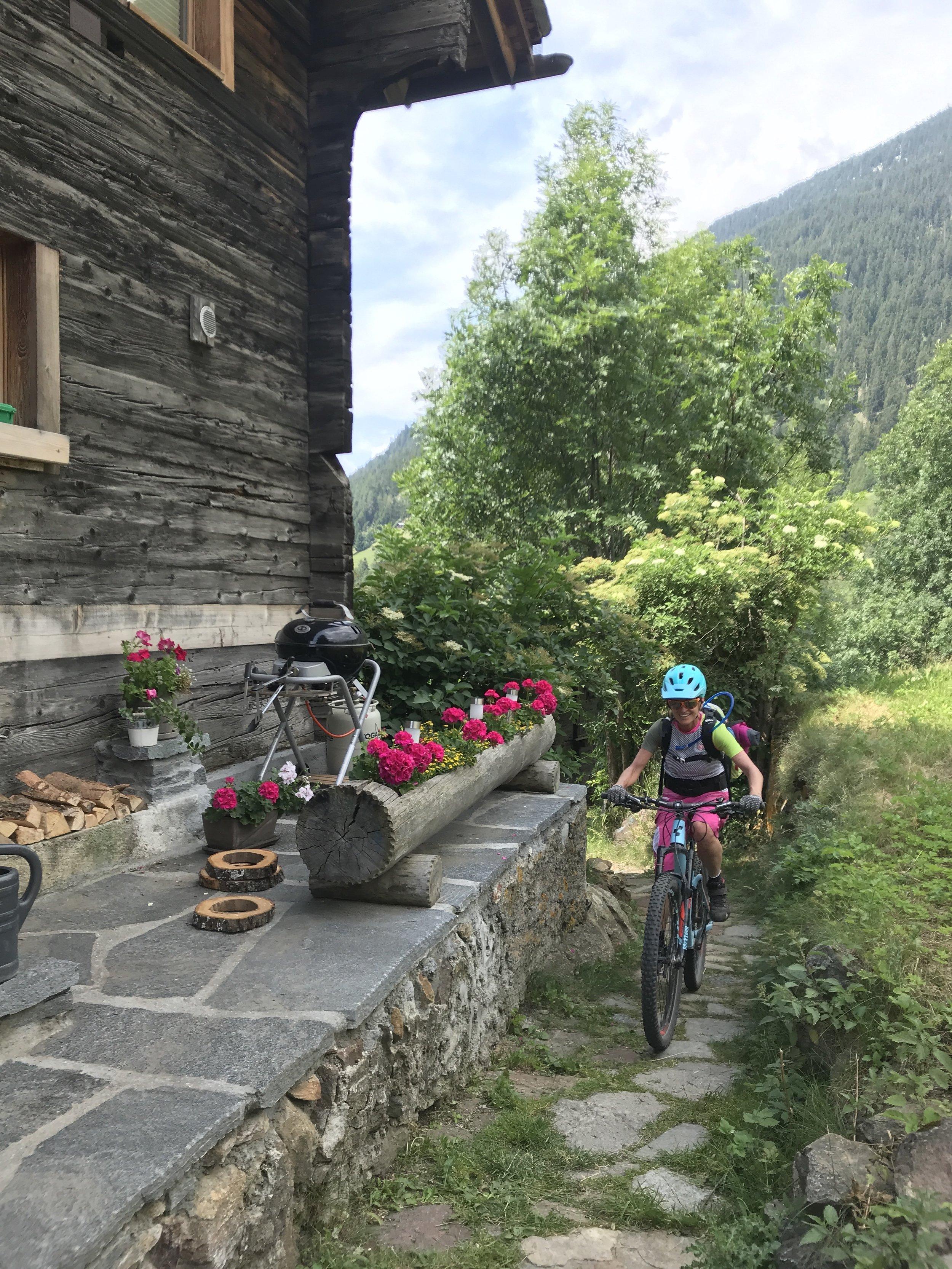 Der Track führt manchmal direkt durch hübsche Schweizer Dörfer