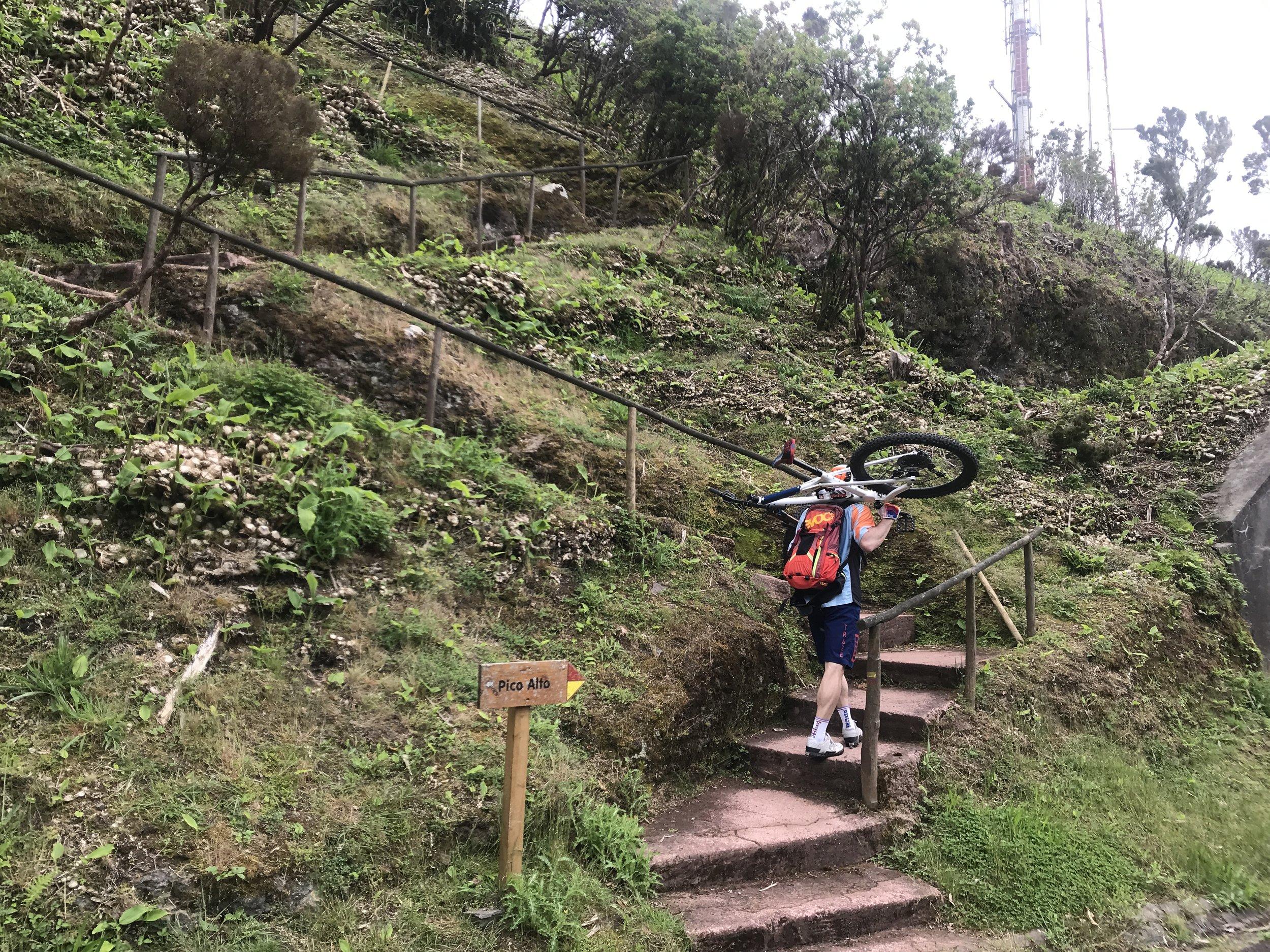 Copy of Copy of Die letzten Meter auf den Pico Alto tragen wir die Bikes
