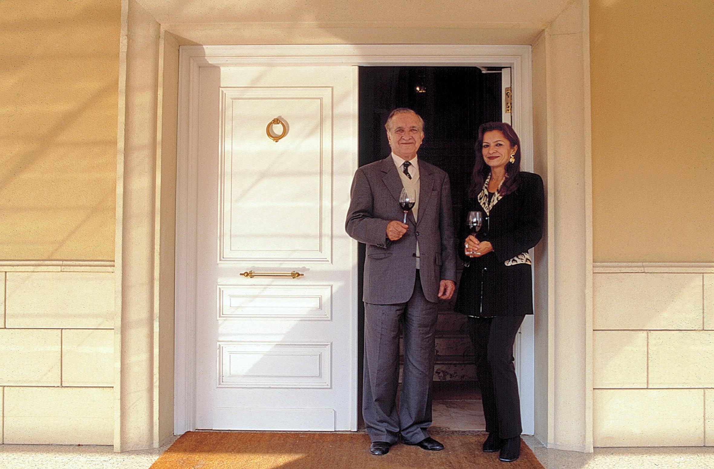 Sr Forner y Cristina en puerta de entrada.jpg