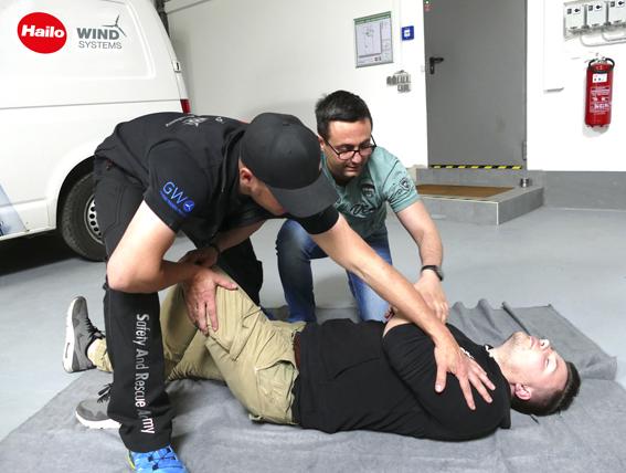 Die Trainer der S.A.R.A. zeigen wie es geht - stabile Seitenlage