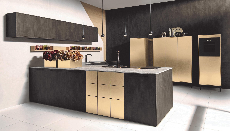 Modulare Eleganz & Ästhetik: Irisierende Metall-Oberflächen sowie dunkle Echthölzer und Holz-Dekore liegen voll im Trend, wie diese attraktive Planung in Metall Gold und dunkler Stahl-Optik zeigt.