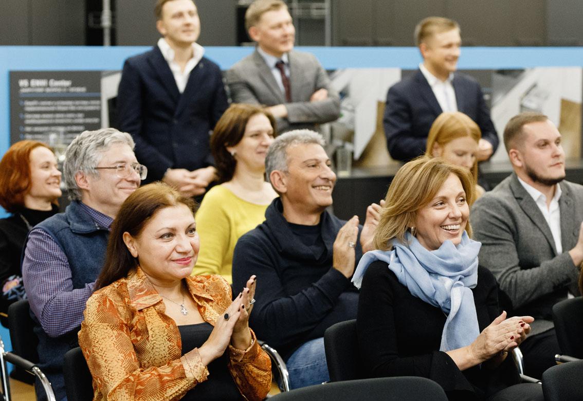 Teilnehmer im Showroom Moskau