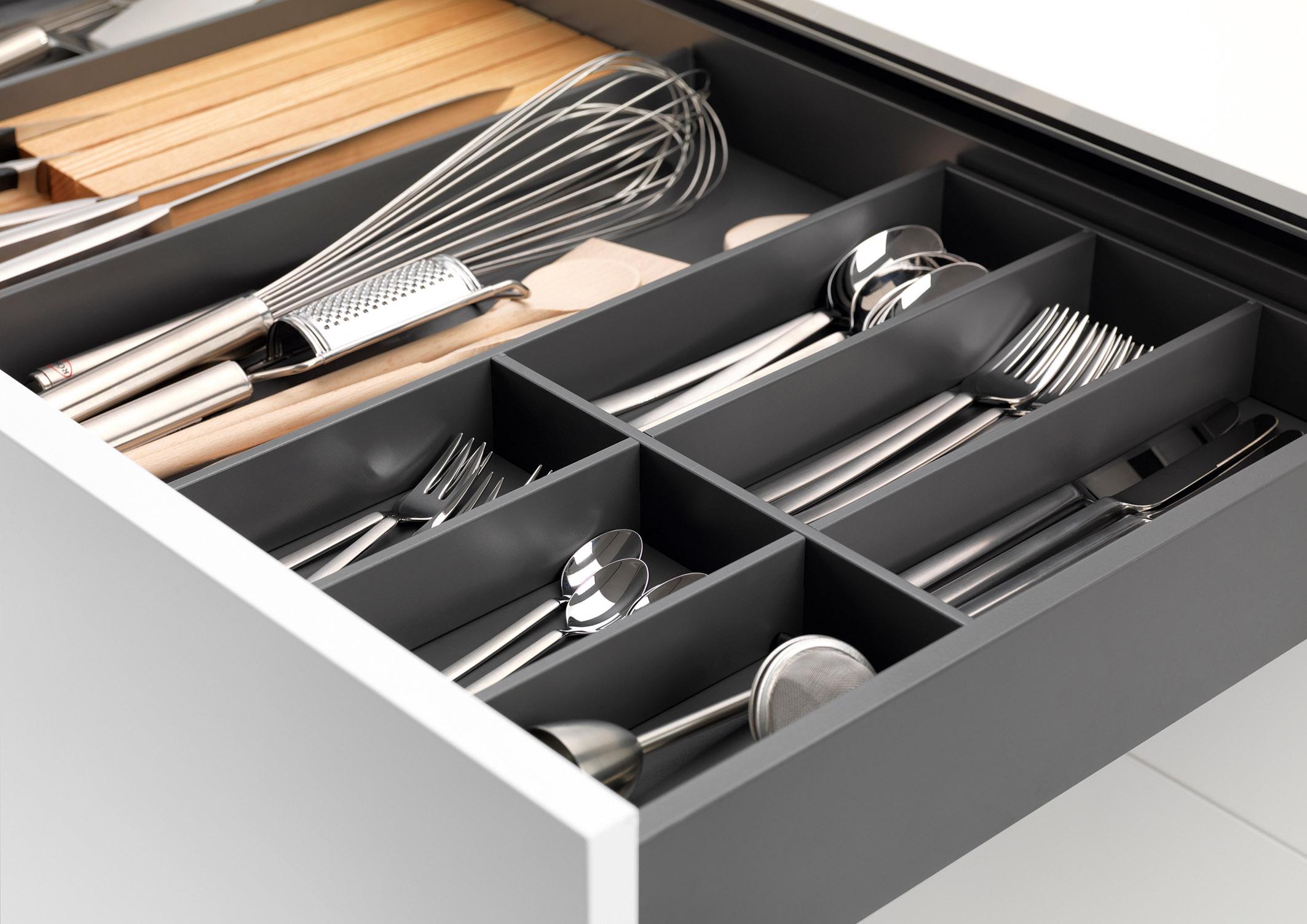 Alles im Blick und sofort zur Hand, z. B. mit einem hochwertigen Innenausstattungssystem im Frame-Design. Damit lassen sich Schubkästen bereits ab 300 mm Breite perfekt organisieren und das Besteck sowie alle wichtigen Koch-Utensilien sind rutschfest verstaut.