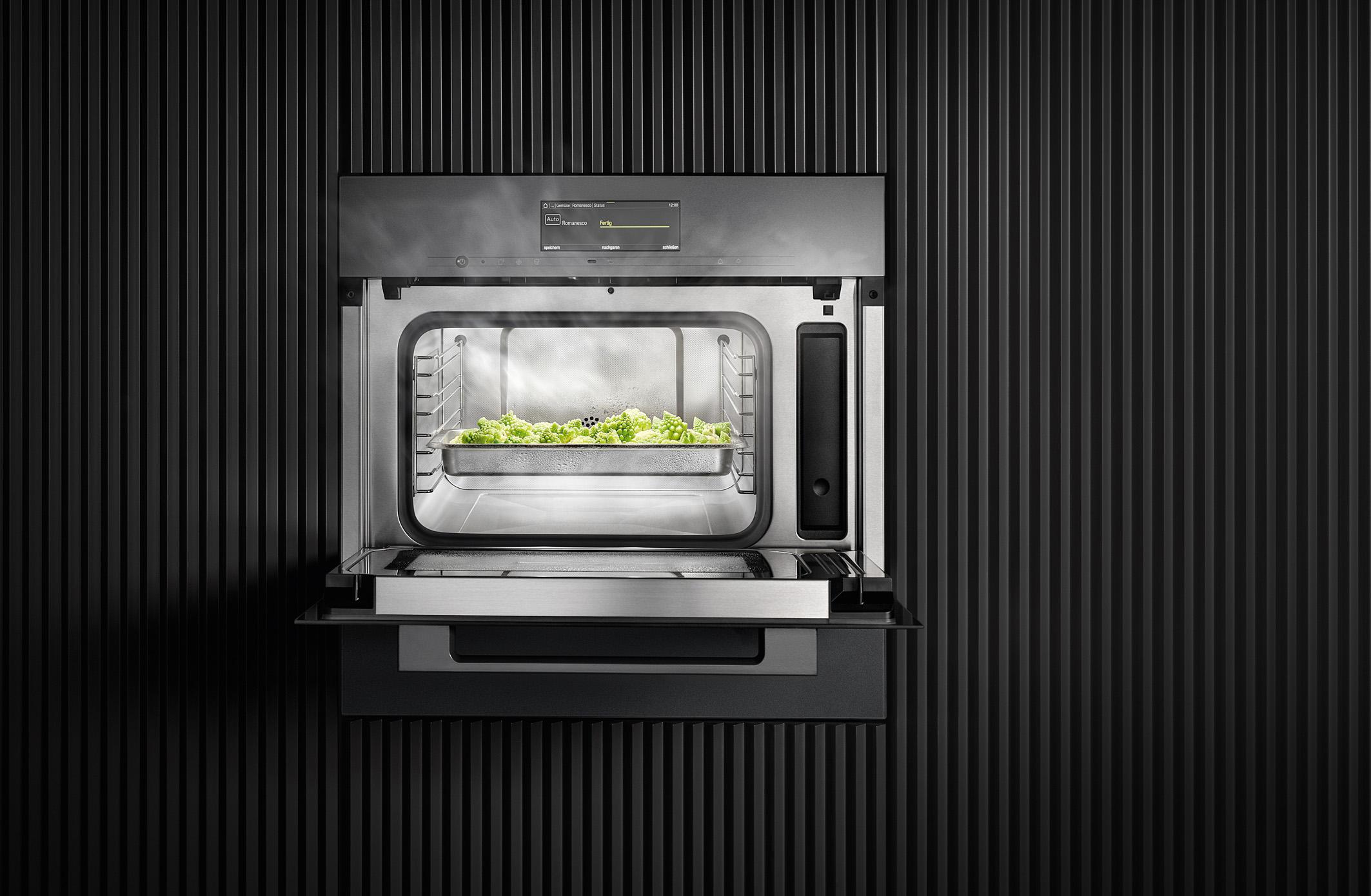 Ein neues Spitzenmodell: Dieser Einbau-Dampfgarer mit integrierter Mikrowelle bietet z. B. auch die Möglichkeit des schnellen Garens. Dann beträgt die Garzeit – ohne dass die Speisen an Qualität einbüßen – fast nur noch die Hälfte der Zeit. © AMK