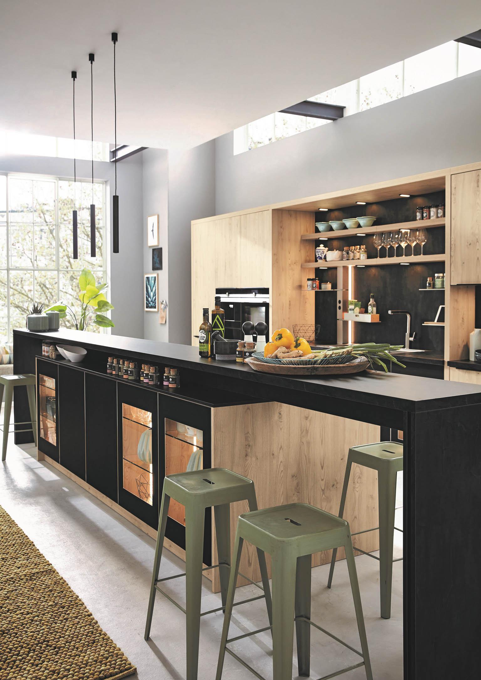 In der modernen Küche sind natürliche Holzfronten aus Furnier mit kratzfesten oder Antifingerprint-Oberflächen, gerne in dunklen Farben, eine beliebte Kombination. (Foto: AMK)