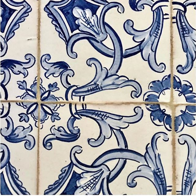 I mean... I need these tiles. The blue and white obsession continues. 💙🔵🌀 #tilegoals #blueandwhiteforever ⠀ 📷 via: @sarahbartholomewdesign