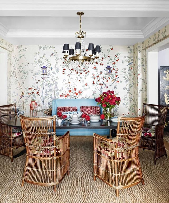 Love these rattan dining chairs. ⠀ 📷 via: @housebeautiful, design: @markdsikes, 📷: @amyneunsinger