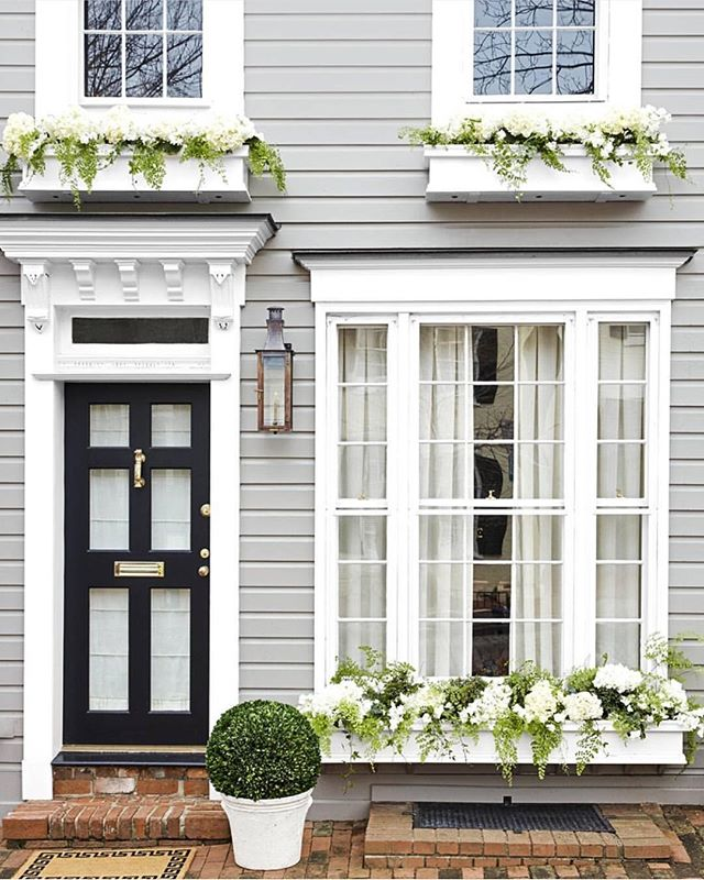 You can find me planting window boxes today. 🌿🌸#ihavethisthingwithdoors⠀ 📷 via: @housebeautiful, design: @sarahbartholomewdesign, 📷: @minh_ngoc