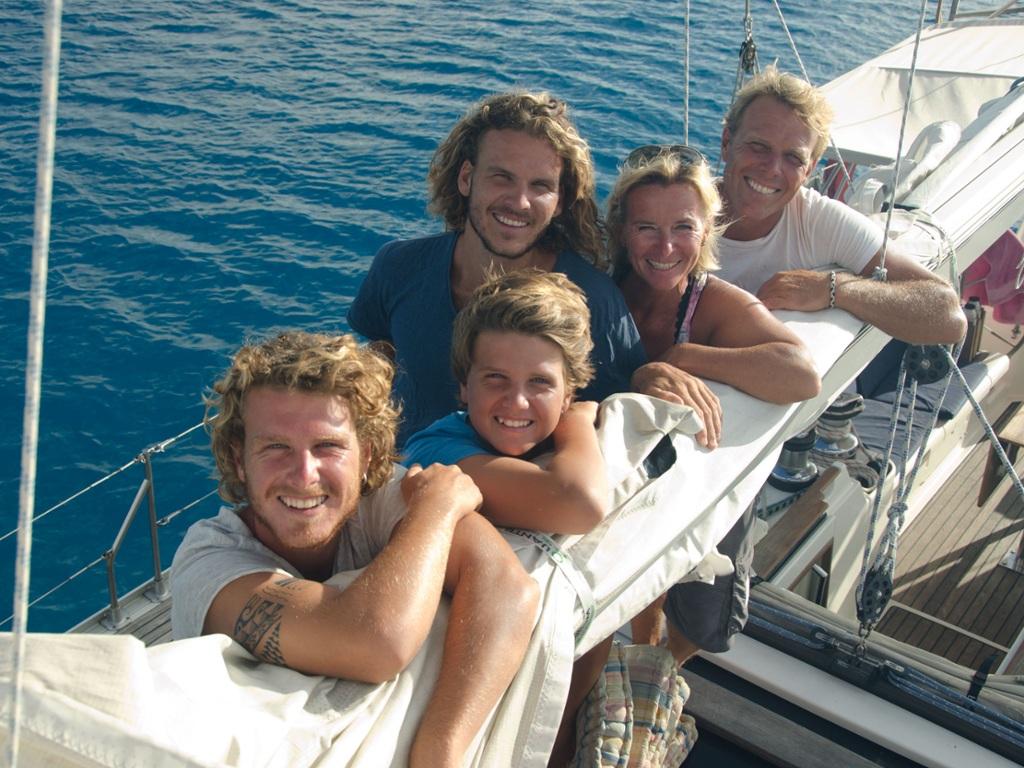 """TV2 følger i programmet  """"  Kurs mod fjerne kyster"""" familien Behas sejlads rundt i verden"""