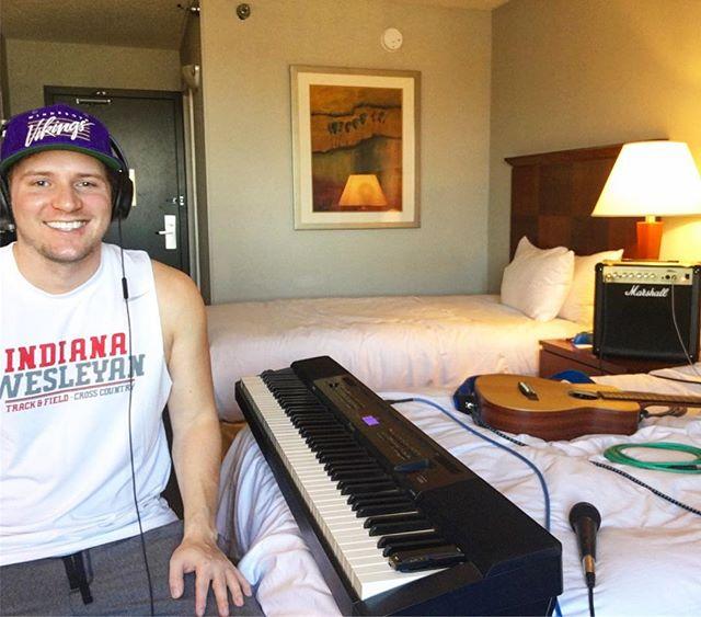 Hotel room practice sesh 🤘🏼