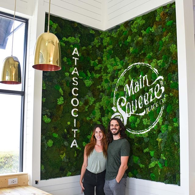 🌿✨ Corner moss wall, branding and signage all designed and created by Luna Botanicals. . . We partner with mindful, plant based companies like @mainsqueezejuiceco to bring #biophilia into peoples lives daily. ✨ . . 🌿 Through our natural art, we highlight the beauty in healthy places like @mainsqueezejuiceco by bringing people, product and plants together in an impactful way. . . Scroll to see some stellar #plantpower ....we recommend the Mango-J and Tropical smoothies when you visit😊 . . .  #lunalandmark  #lunabotanicals #biophilia #biophilicdesigner #biophilicdesign #greendesign #publicspaces #stellardesign #rootedinnature #webringthegreen #plantsmakepeoplehappy #greenyourfeed #plantsinfocus #plantdesign #botanicalbeauty #growth #livingwithplants #plantbased #plantpowered #mindfullifestyle