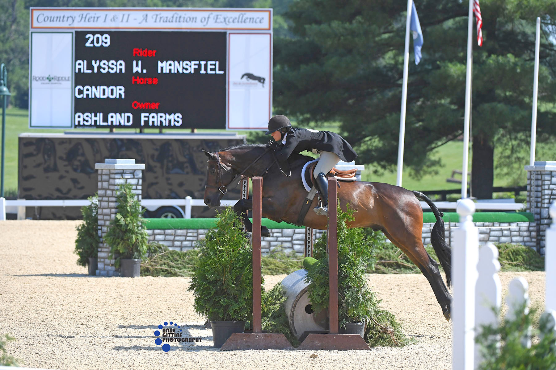 Alyssa Mansfield and Candor, owned by Ashland Farms, won the  non-professional section of the $40,000 USHJA National Hunter Derby  during Country Heir II in 2018. Photo by Anne Gittins Photography