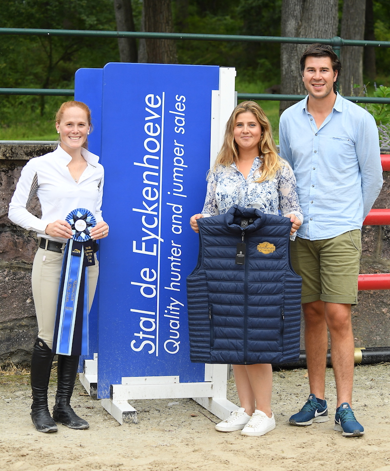 Stal De Eyckenhoeve owners Niels Haesen and Maxime Tyteca awarded Lindsey Ward with the Top Trip of the Day. Photo by Anne Gittins Photography