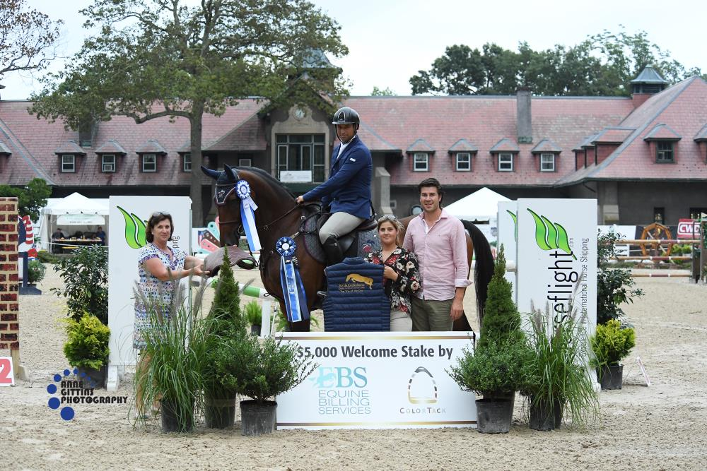 Susan Scherer presented the prize to Pablo Mejia and Questionnaire. Mejia also won the Top Trip of the Day, sponsored by Maxime Tyteca and Niels Haesen from Stal De Eyckenhoeve. Photo by Anne Gittins Photography