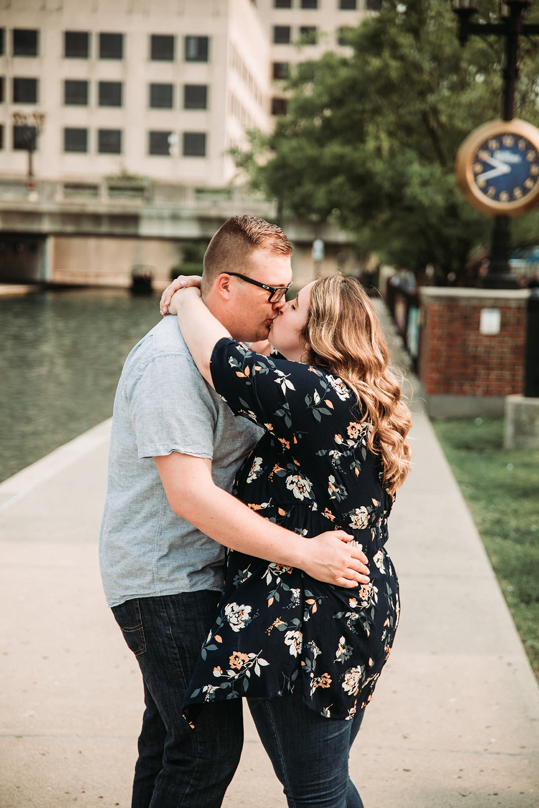 DowntownIndianapolisSpringEngagementPhotos-30.jpg