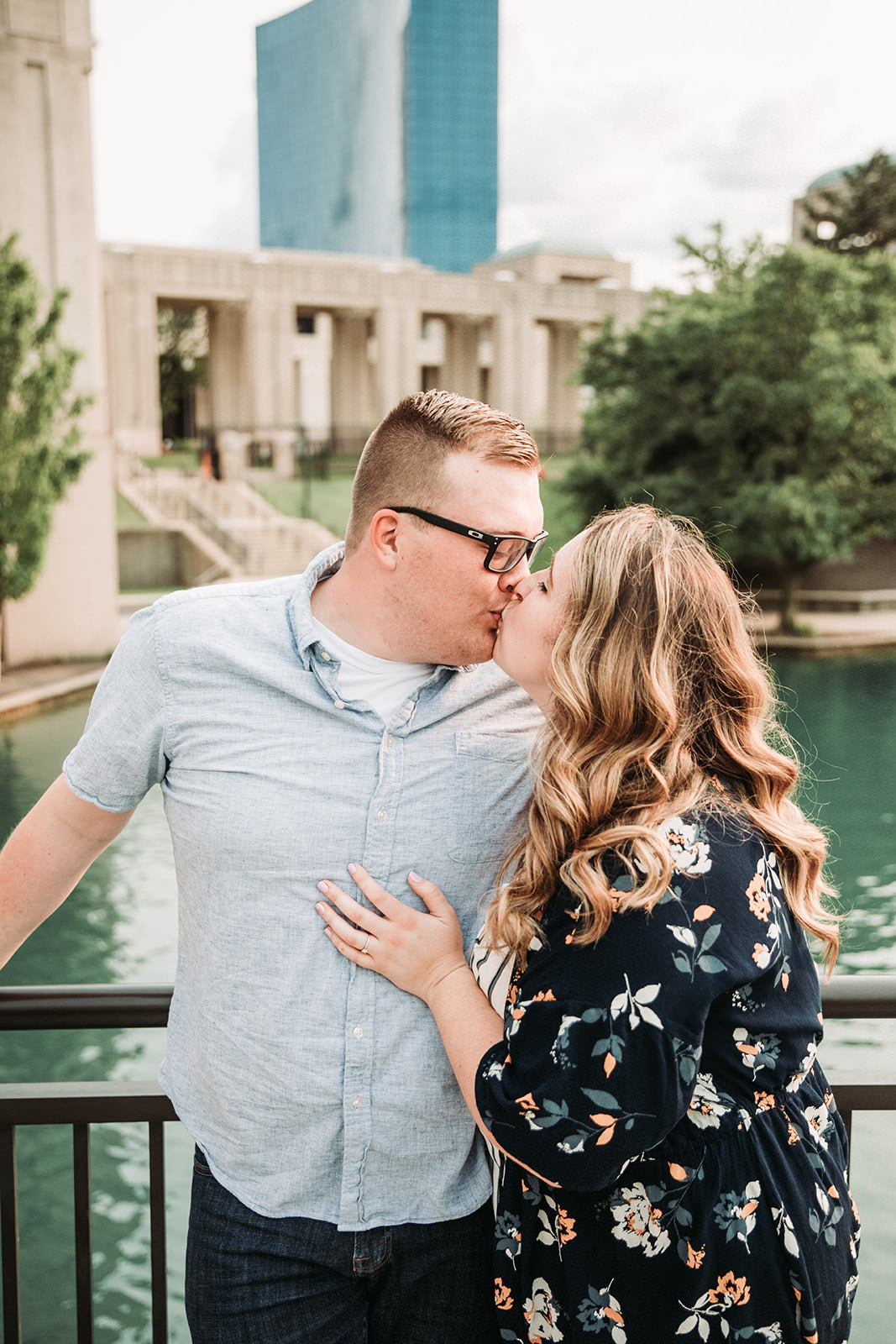 DowntownIndianapolisSpringEngagementPhotos-40.jpg
