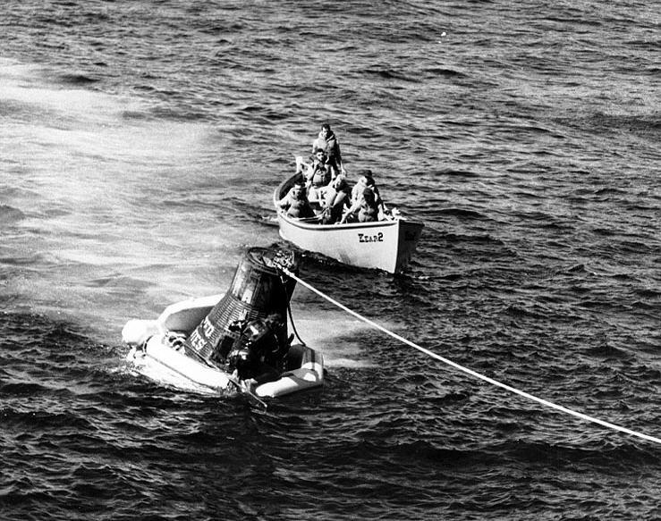 Recovery_of_Sigma_7_space_capsule_by_USS_Kearsarge_October_1962.jpg