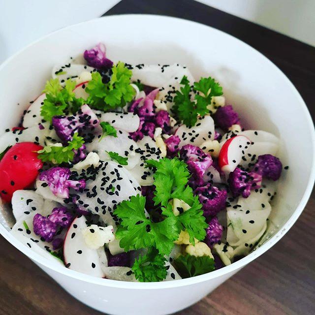 """Halloj! Förutom lunch och á la carte preppar vi för att leverera en bröllops-catering bortåt Pajala-hållet.  Är även du sugen på att slippa laga mat till dina gäster - är vi beredda & till din tjänst! 😉  Vi gillar schyssta råvaror som blir till rätter med färg, smak och goda råvaror! Vackert & gott! Kött, fisk, vegetariskt, vegan, laktosfritt, glutenfritt... Med fina råvaror och lite kärleksfull tillagning är det mesta möjligt! Hör av dig med ett mail om du har behov av """"Utblicks Smaksaker""""! Vi """"skräddarsyr"""" så att det passar dig, tillfället, gruppen, platsen och smaken! boka@utblickluppioberget.se  #utblick2019 #utblicksmaksaker #utblickcatering #catering #restaurangutblick #festmat #festligtmedutblick #schysstmat #norrbotten #thesmilingutblickcrew"""