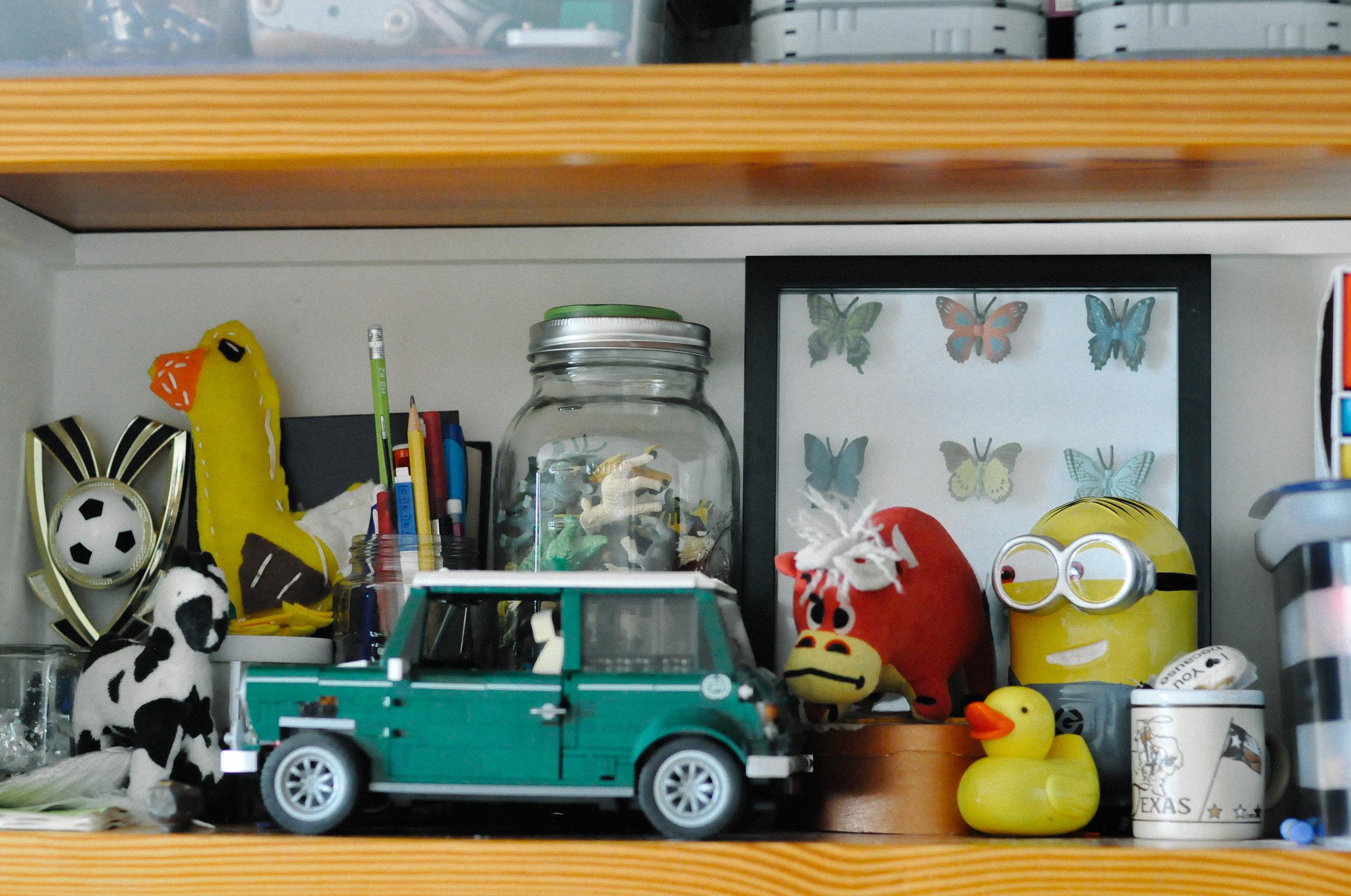 creative-family-in-home-session-farmhouse shelfie.jpg