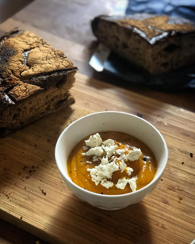 Interrupting pasta broadcasting for this roasted pumpkin soup with a heavy hand of feta. Soup-er Saturday 🥣