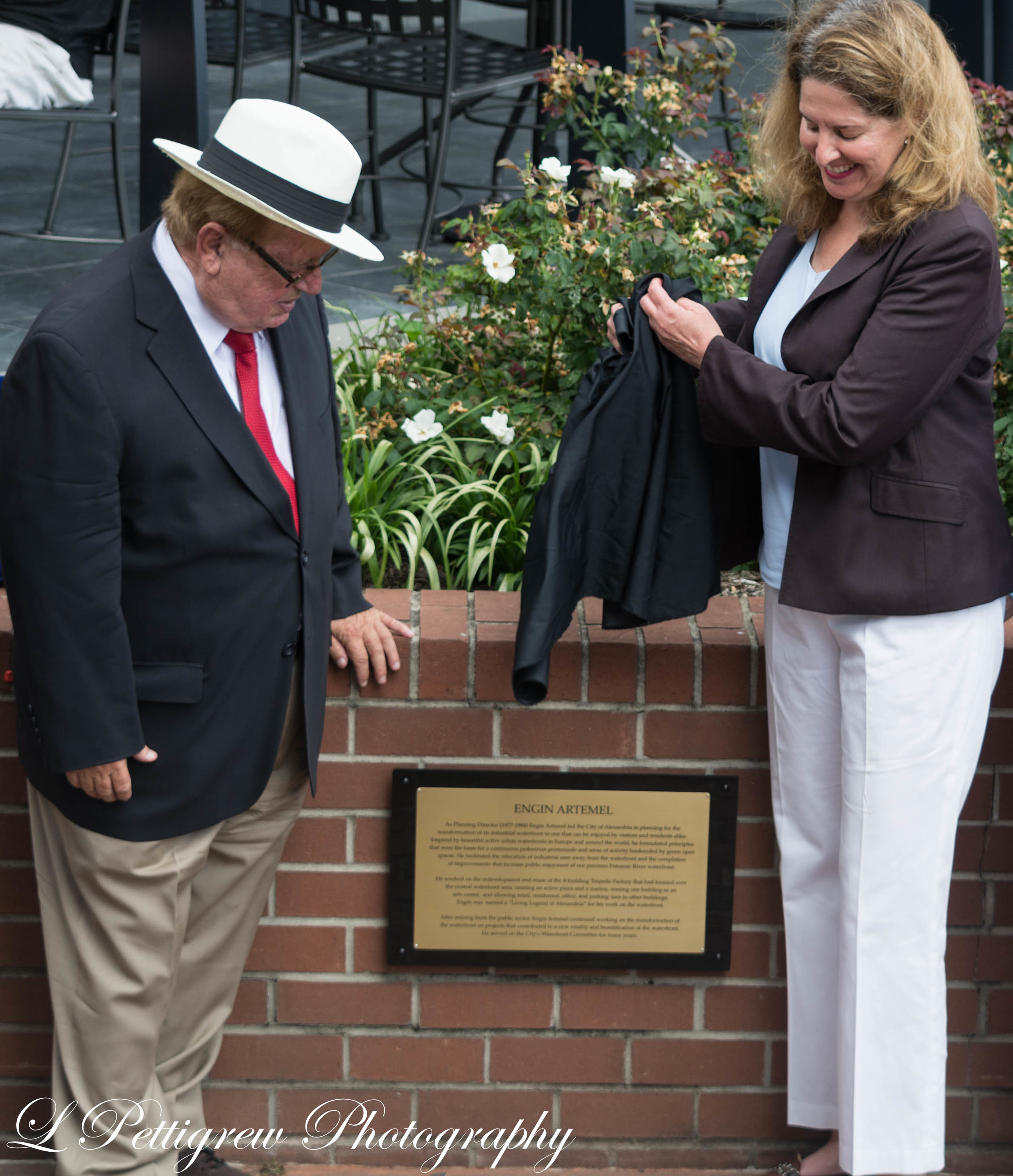 Mayor Silberberg unveiling the plaque dedicated to Engin Artemel