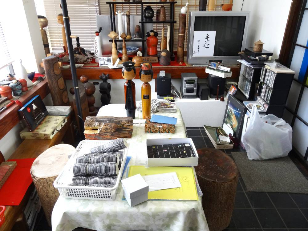 Vue générale de son atelier - il tourne le bois dans la pièce juste à droite.