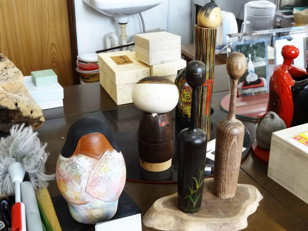 Plus de kokeshis... J'ai acheté une similaire à celle du milieu, dans un bois extrêmement blanc, avec un kimono en bois de prunier. Si j'ai bien compris !