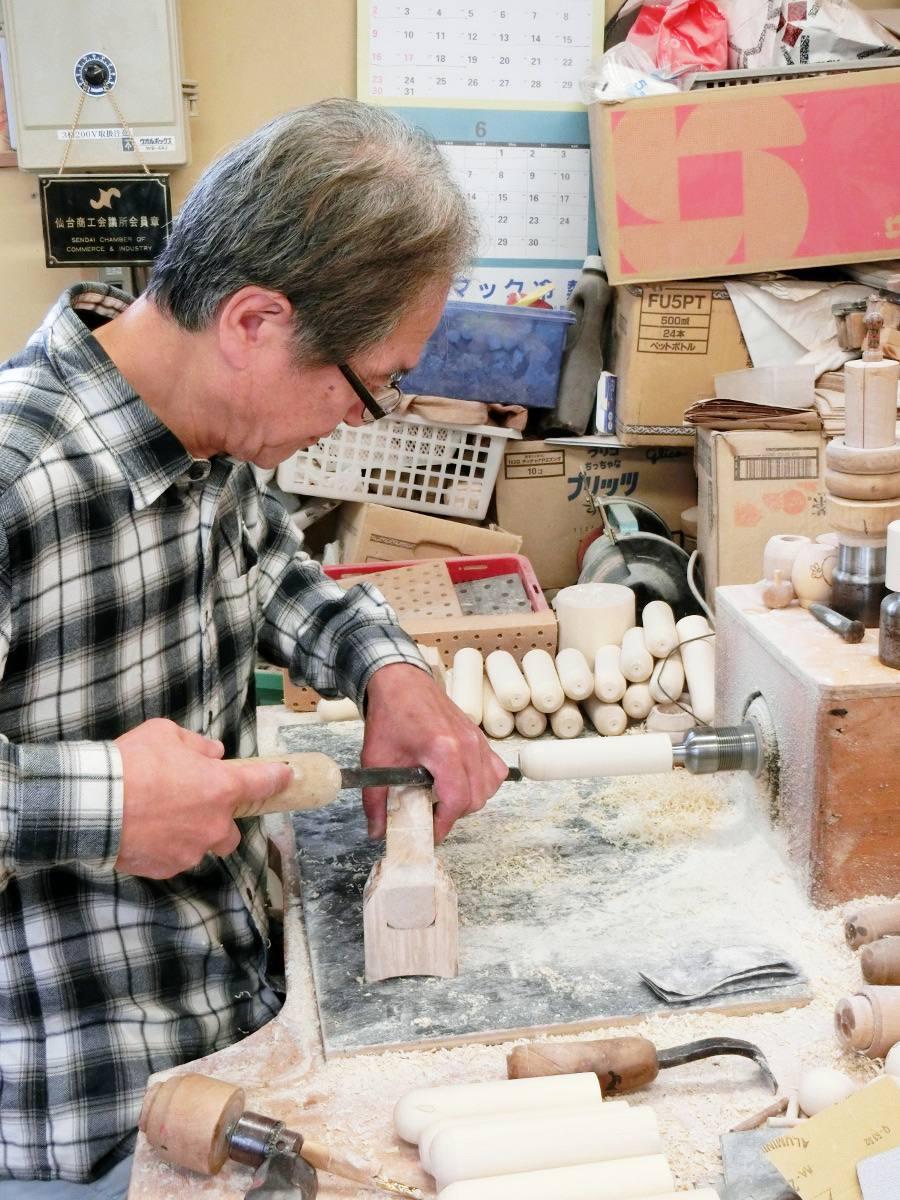 Le bois est travaillé à l'aide de gouges et de papier de verre. / The body is shaped with woodworking tools and sandpapers.