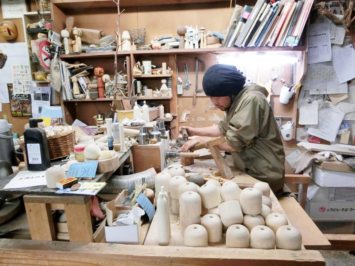Sato Yasuhiro au travail sur son tour à bois / Sato Yasuhiro at his work station.