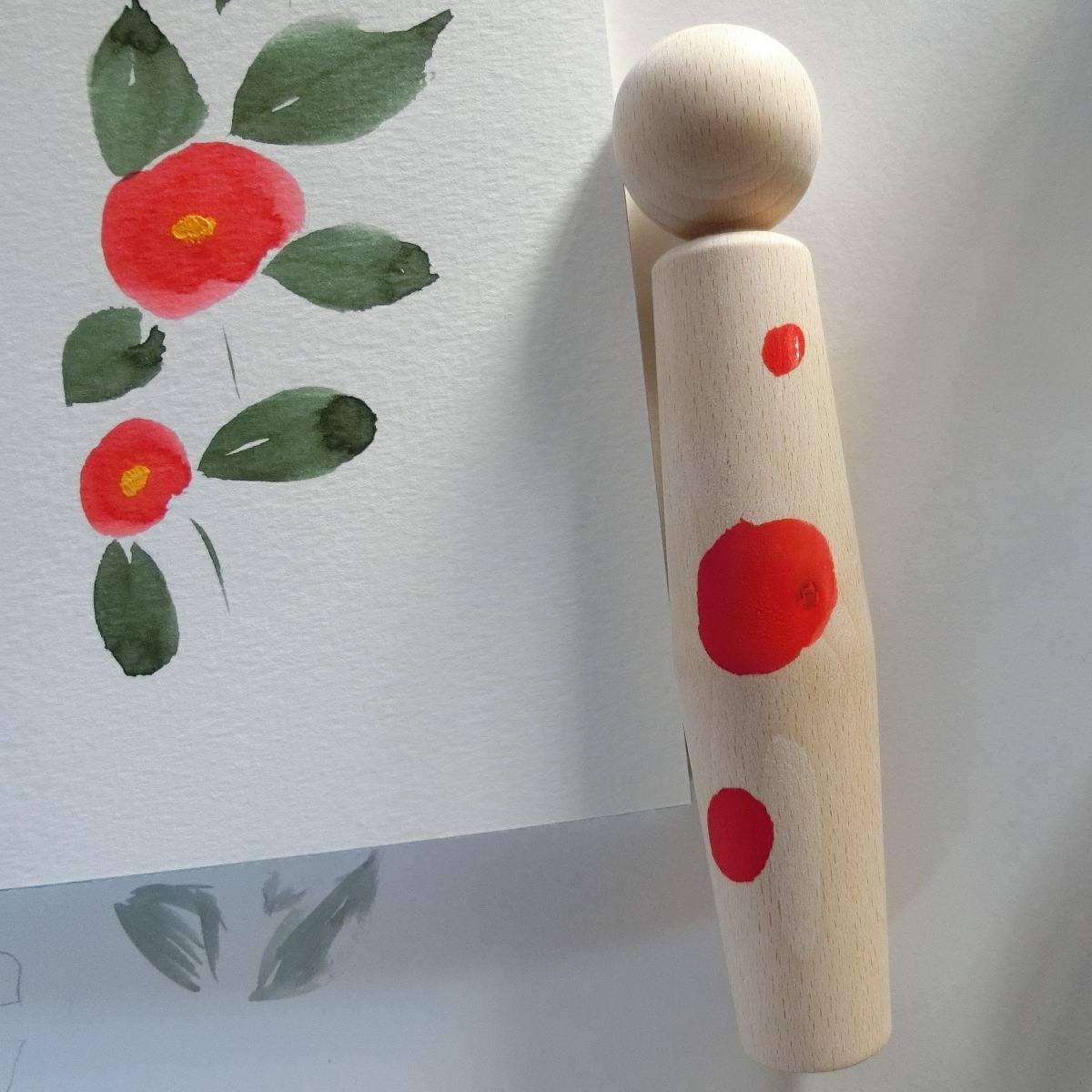 peindre une poupée kokeshi brute