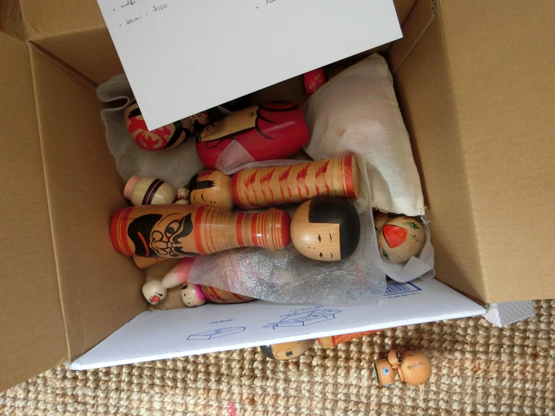 Poupées kokeshi en tous genres, en attente dans leur carton