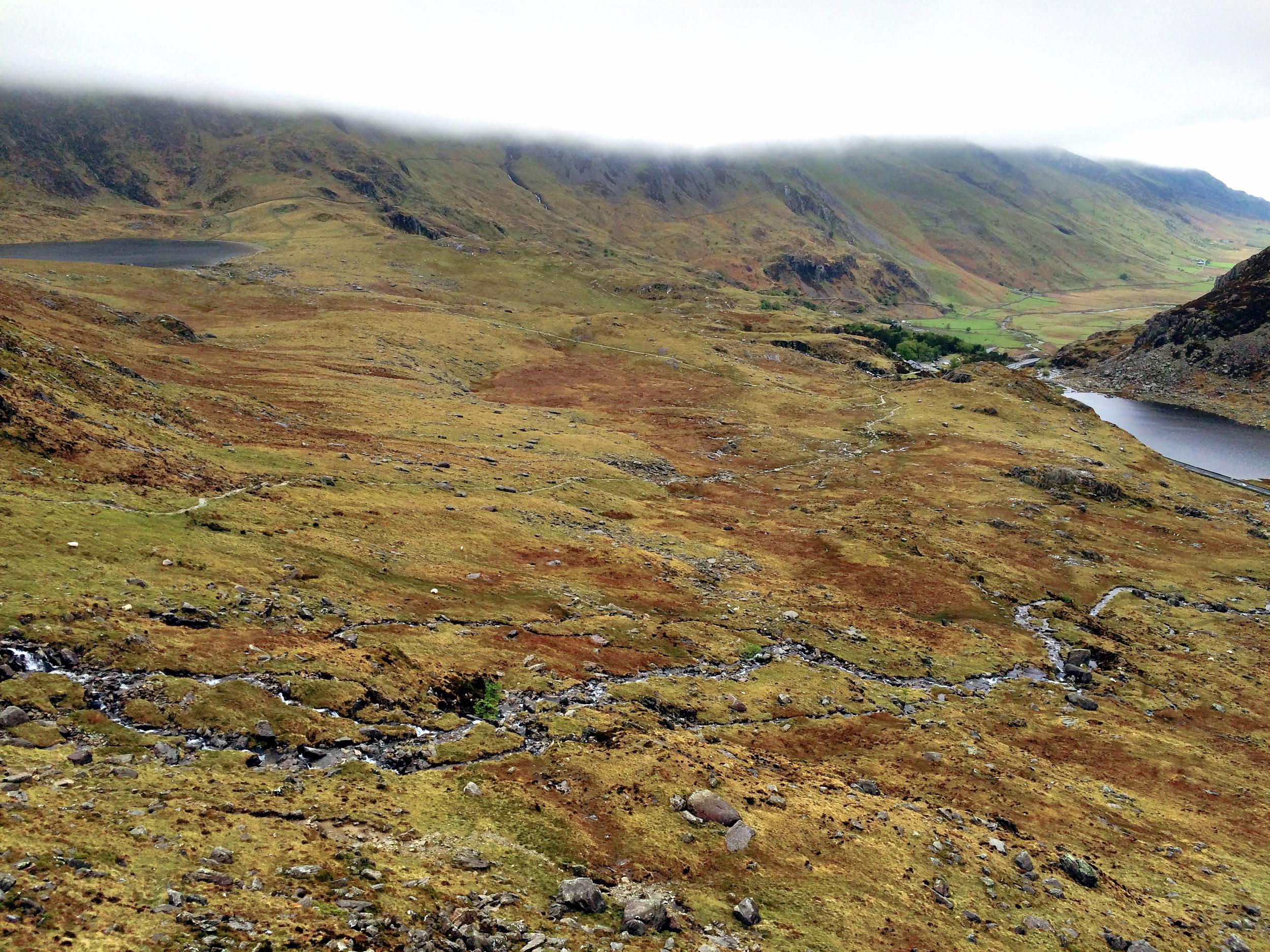 Näkymät topista - vasemmalla Llyn Idwal, oikealla Llyn Ogwen ja pilvikerros kertoo missä mennään.