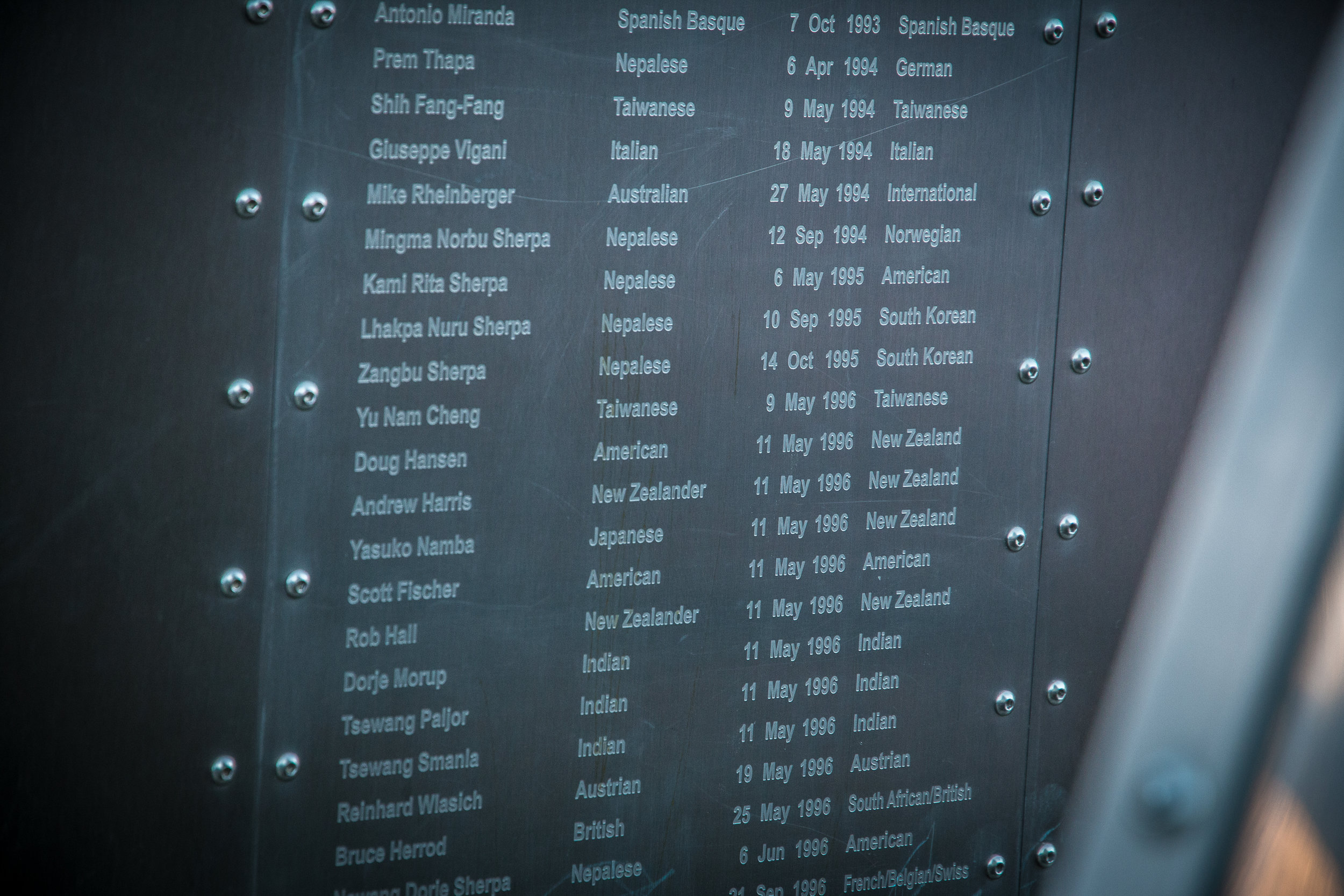 Vuoritautiklinikan kupeessa oli Everest Memorial, joka listasi kaikki vuorilla menehtyneet.