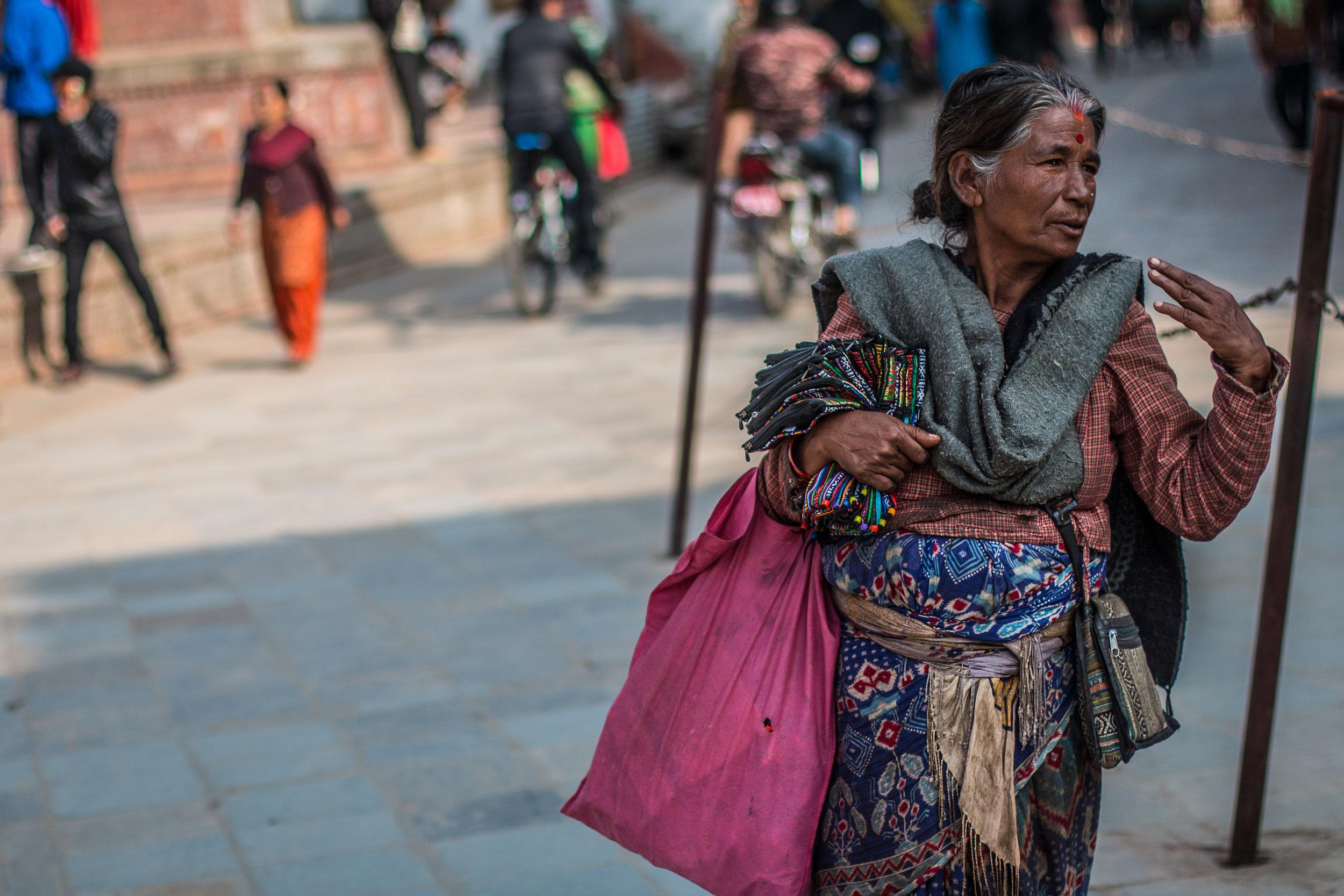 Durbar square kärsi pahasti maanjäristyksissä, mutta turisteja paikalle virtaa ihan hyvin ja myyntimummoilla on kova yritys päällä.