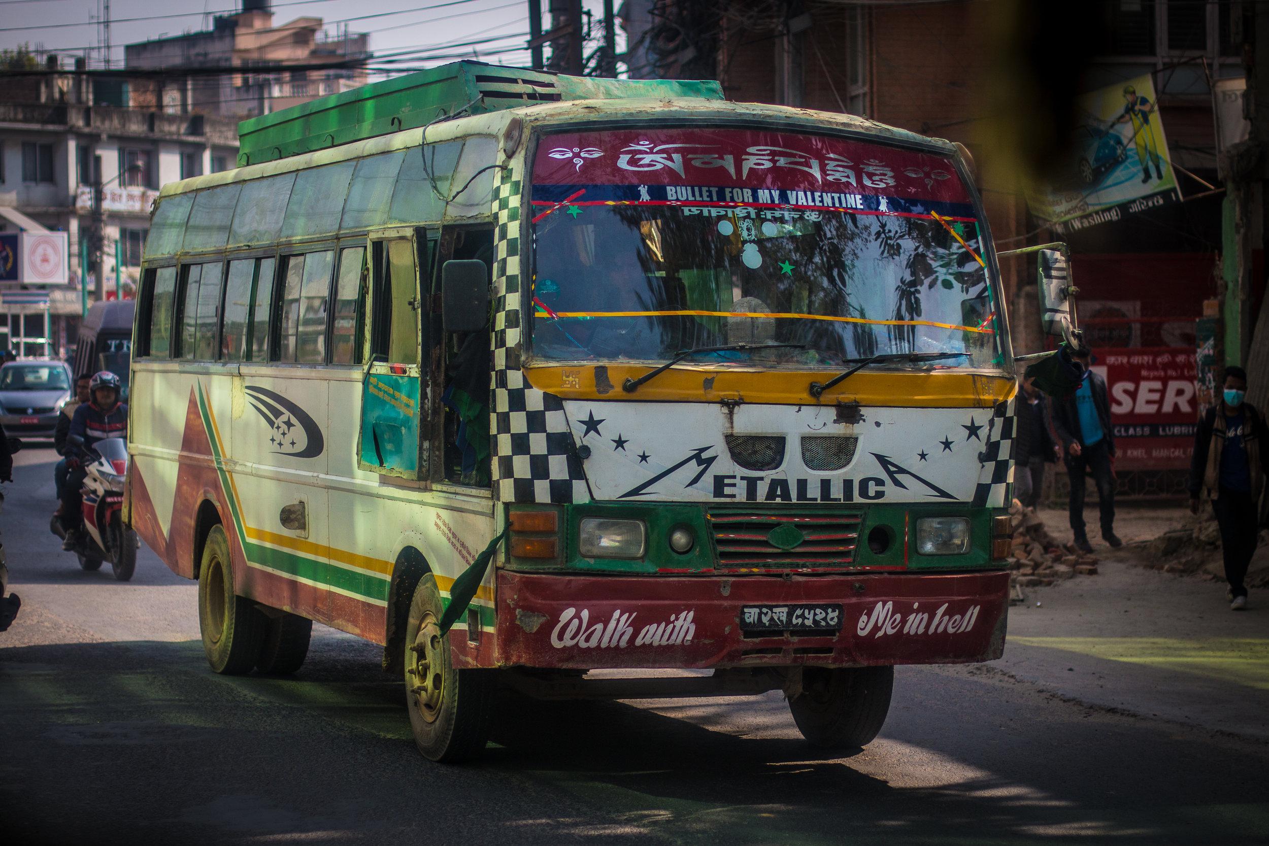 Paikalliset bussit jaksoivat aina naurattaa kirjoituksillaan.