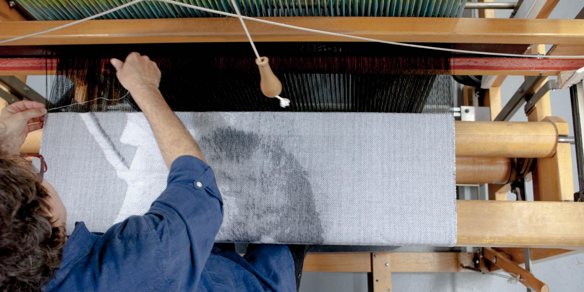 ....Réalisation d'une commande de tissage par Adrien Landry. .. Adrien Landry weaving an artist's design.....