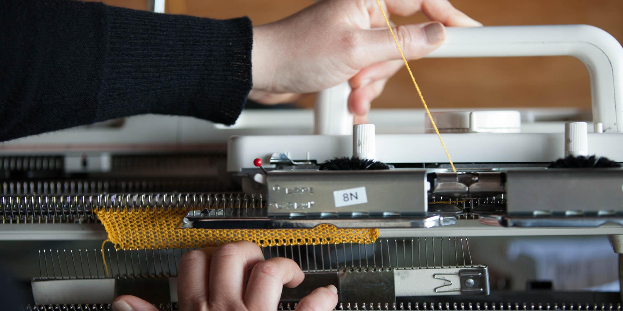 ....Montage de tricot sur machine électronique. ..Knitting on an electronic machine. ....