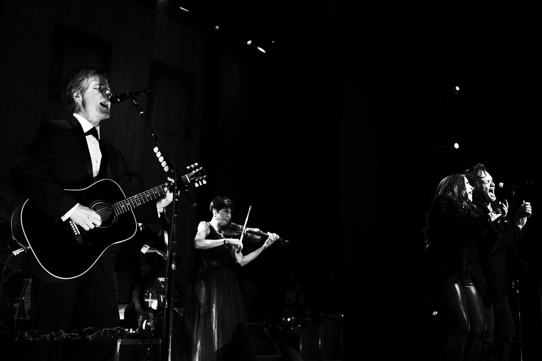 John Mellencamp and Carlene Carter perform together.
