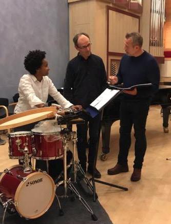 """Nasra Ali Omar, Bjørn Andor Drage og Ketil Høegh diskuterer stykket """"Coming together"""" av Frederik Rzewski"""