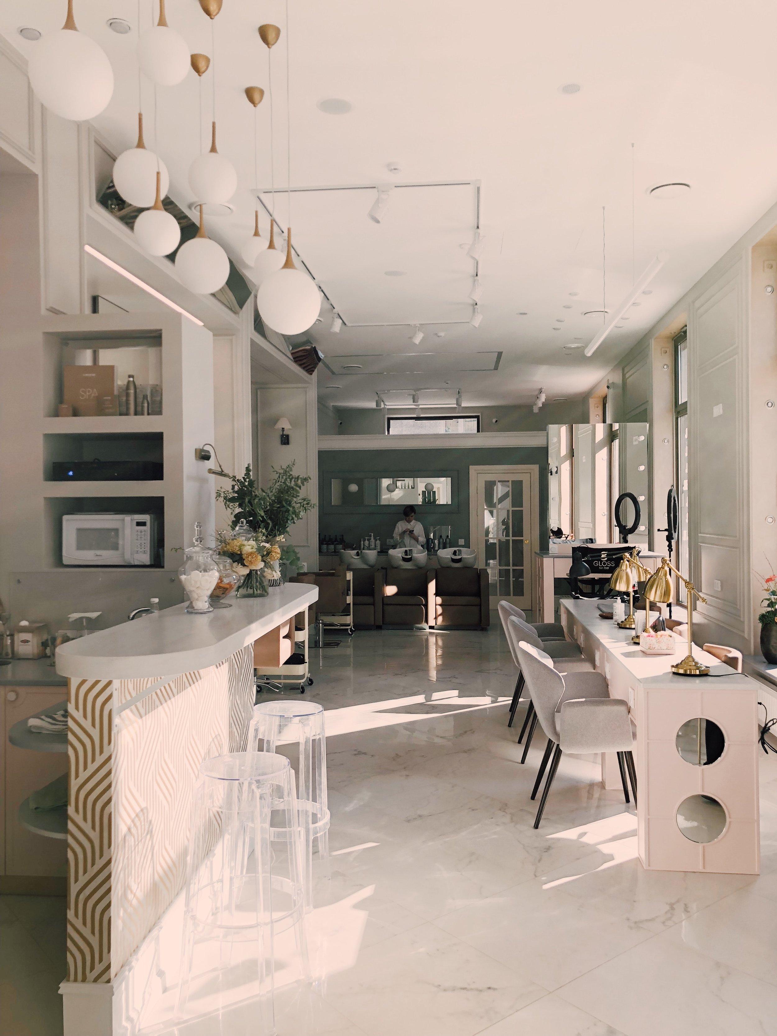 apartment-beauty-salon-ceiling-1029803.jpg