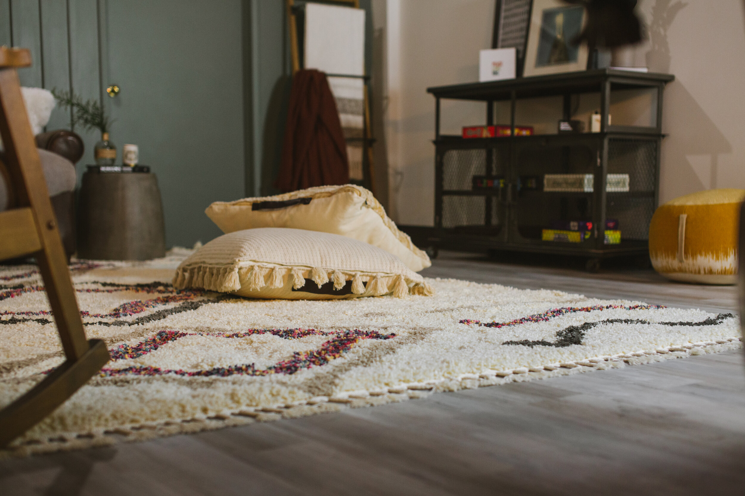 I love the pretty fringe on the rug.