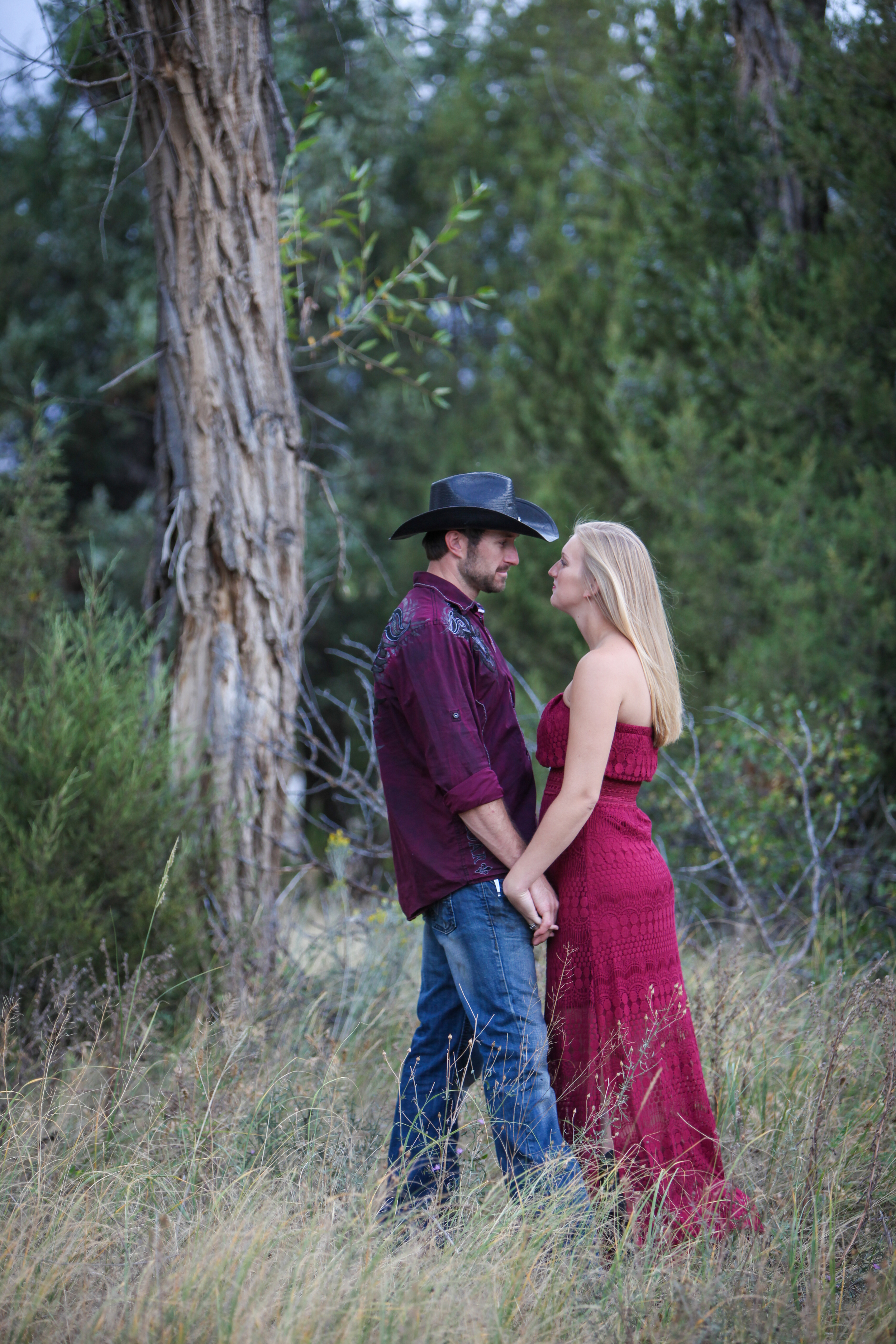 Young couple in a beautiful outdoor location - Val Westover Photography - Orange County, California & Salt Lake City, Utah
